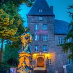 Das Moerser Schloß und Denkmal der Kurfürstin Luise Henriette von Oranien zur blauen Stunde, aufgenommen in HDR.