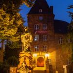 Das Moerser Schloß und Denkmal der Kurfürstin Luise Henriette von Oranien zur blauen Stunde, Langzeitbelichtung.