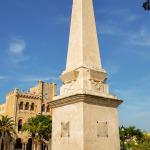 Dieser weißer Obelisk wurde errichtet um an den Piratenüberfall im 16. Jahrhundert zu gedenken.